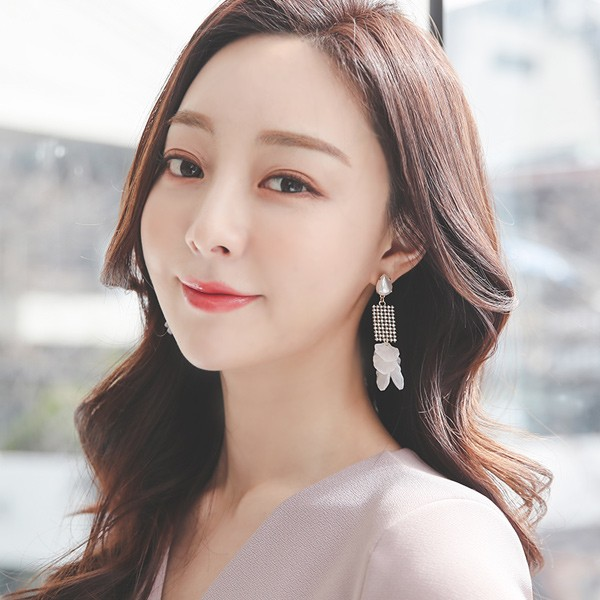 ode-[화이트플라워 큐빅 귀걸이]♡韓國女裝飾品