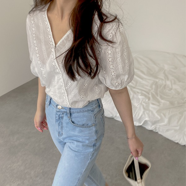 realcoco-♥NEW10%할인♥모라 펀칭 브이넥 블라우스(데이트룩)♡韓國女裝上衣