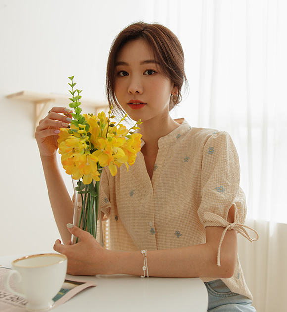 justone-럽미 퍼프리본 꽃자수 체크블라우스♡韓國女裝上衣