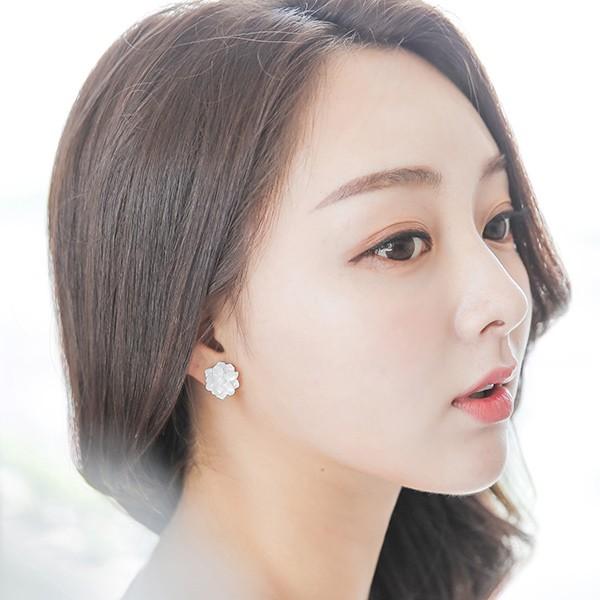 ode-[화이트 데코 플라워 귀걸이]♡韓國女裝飾品